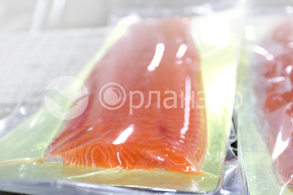 Нарезка малосолёного филе тихоокеанского лосося, замороженный продукт, весовая